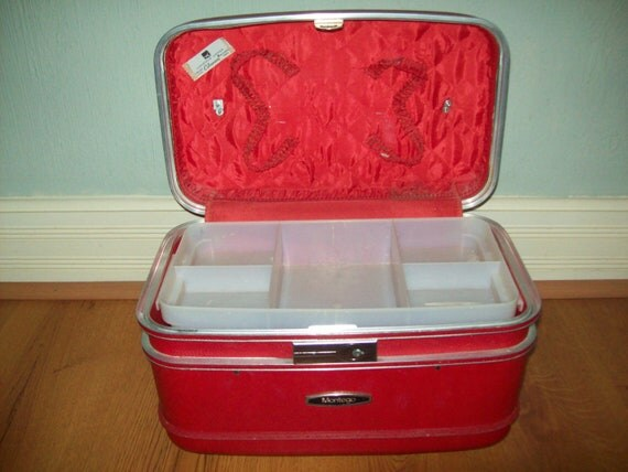 Vintage Kitsch Retro Train Cosmetic Case Luggage Lipstick Red