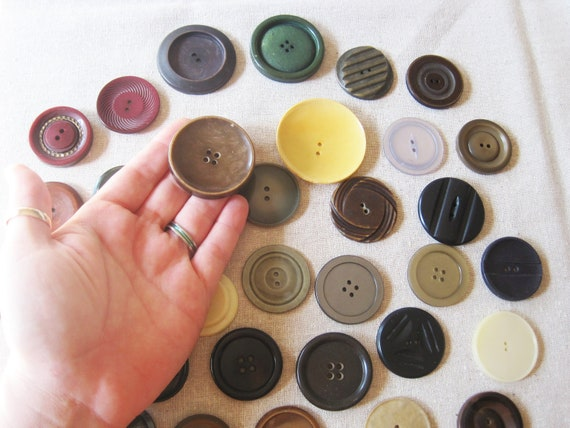 Mixed lot of 35 large and extra large vintage buttons