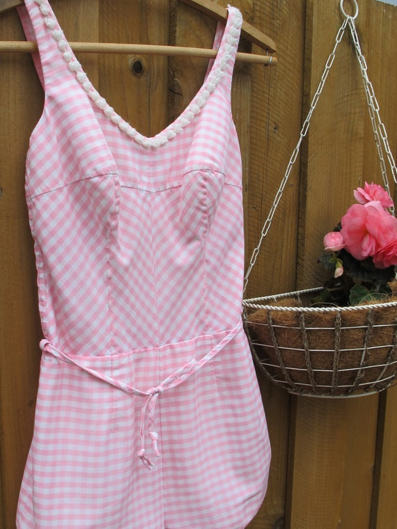 RESERvED. 1950s JANTzEN ONE PiECE SWIMSUiT iN PiNK AND WHiTE GiNGHAM CHECkERS. SiZE 8/14. PLAYSUiT PiNUP STyLE.
