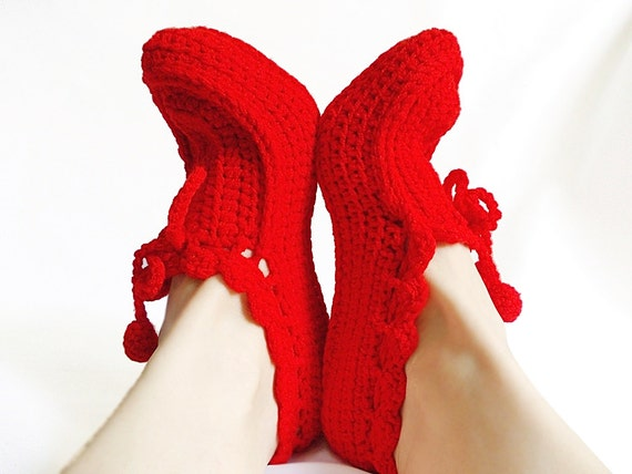 Red crochet slippers, Cozy slippers, Thick house slippers, House shoes, Crochet slippers in red, Pompoms house slippers