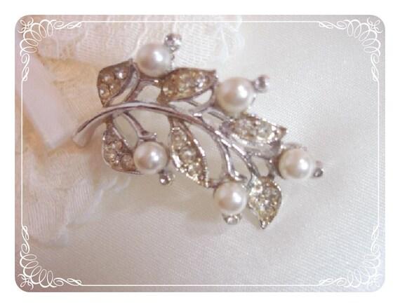 Pearl Leaf Brooch - Sweet Vintage Faux Pearl Pin  1325ag-012312000