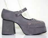 Vintage 90's Charcoal Gray Suede Mary Jane Chunky Platform Shoe /  Grey Floral Embroidered Grunge Pump / US 8 UK 5.5 EUR 38.5