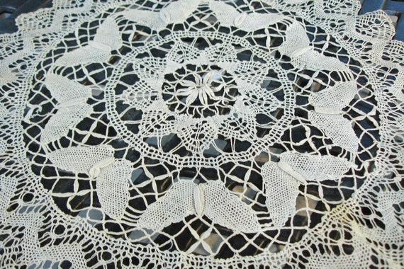 """French Hand Crocheted Lace Centerpiece doliy 17"""" round 1910s"""