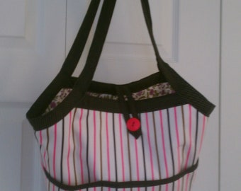 Bucket tote reversible with pockets