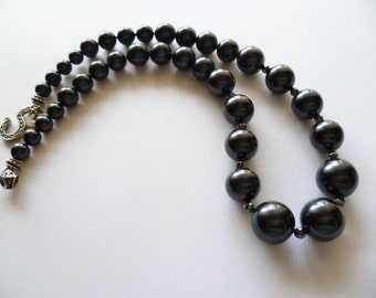 Graduated grey pearl necklace