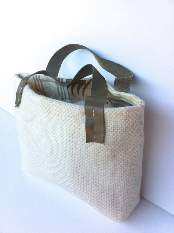 Mini Cabat: a small tote with leather handles and contrasting lining