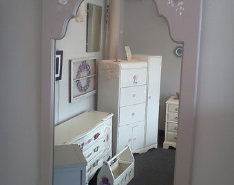 Handpainted Shabby Chic Mirror/ pick up & local delivery / measures: 25''wide 37.5''tall