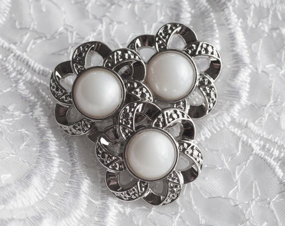8 Vintage Plastic Shank Buttons, Silver Tone and Faux Pearl Tone Center. Flower Design with Cut Out Petals. Item 0409