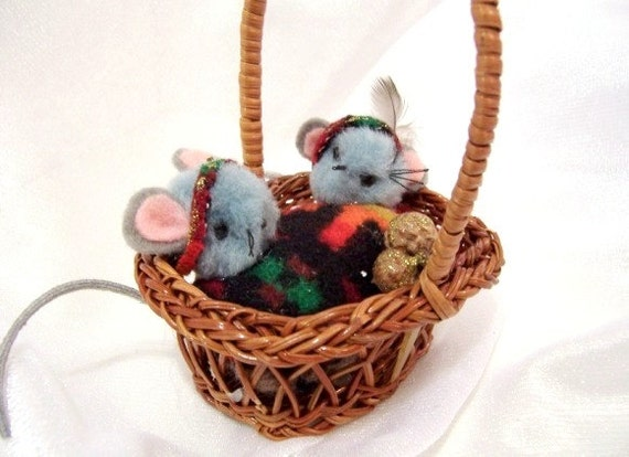 Vintage Christmas Ornament: Mr. and Mrs. Mouse in a Basket - S1009