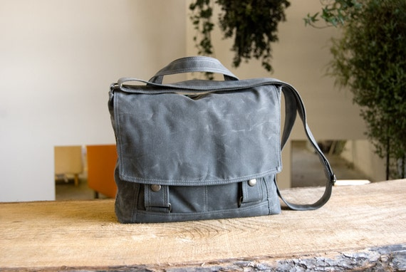 Messenger no.4 for iPads - in Gray waxed canvas