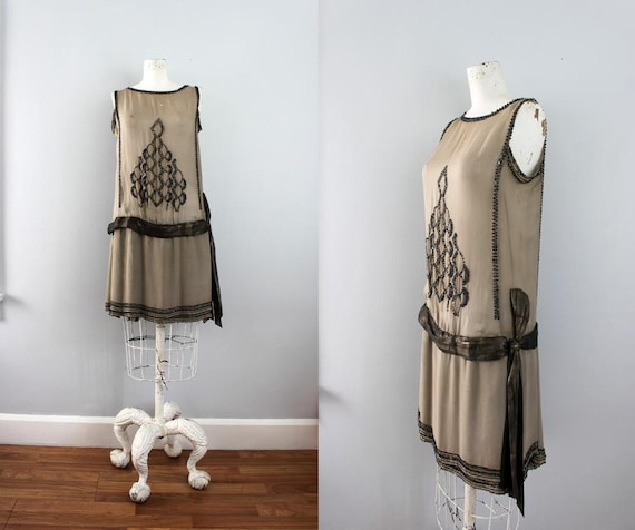 roaring 20's women's dress in beige with black beadwork in art deco pattern