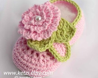 Baby Booty Crochet patterns for babies Crochet pattern baby shoes with flower and pearls Baby Booties