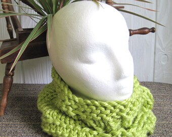 Light Lemongrass Bulky Knit Infinity Scarf. Leaf Design. Neck Warmer. Light Yellow-Green. Light Spring Green. Lime Green. Circle Scarf.