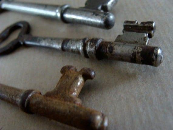 3 CrEePy Old Antique Gothic Keys N0 139