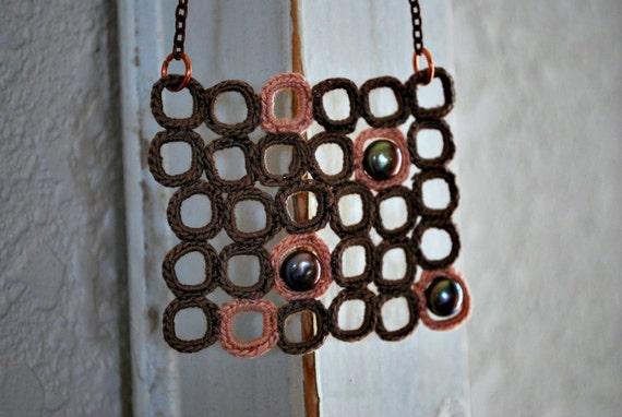 Современная площадь Ncklace вязания крючком с жемчугом.  Бежевый и бледно-розовый.  Легкие украшения.  Бисера Boho стиль.  Нагрудник