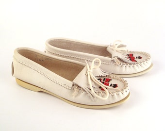 White Quoddy Moccasins Vintage 1980s Thunderbird Beaded Leather Slip on Shoes Women's size 6