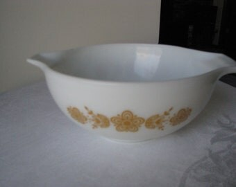 Vintage 2 1/2 Qt  Pyrex Cinderella Bowl In The Butterfly Gold Pattern