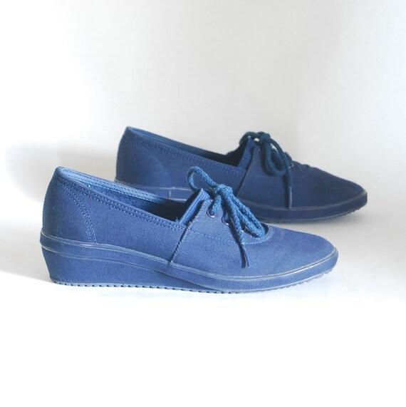 size 6 1980s vintage denim canvas tennis shoes by