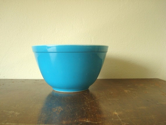 Vintage Pyrex turquoise bowl, 1.5 pint Primary blue