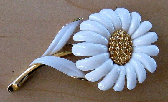MONET White Enamel and Gold Tone Floral Mum Brooch/Pin  (B-3-7)