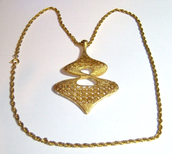 vintage large gold tone pendant with gold tone long chain necklace E