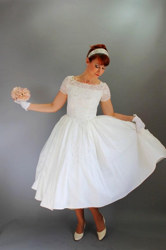 Sale - Vintage 1950s White Lace Wedding Dress. Tea Length. Fall Wedding. Audrey Hepburn. Full Skirt. Size Medium