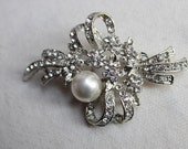 Adorable    brooch  with rhinestones and pearl white   color  1 piece listing