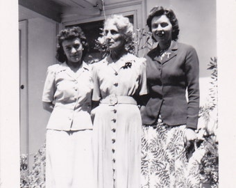 Three Ladies - Vintage Photograph (Q)