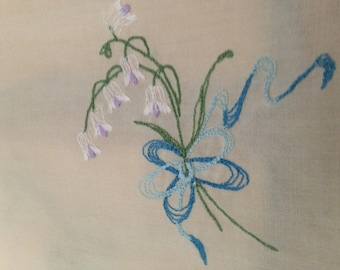 Vintage set of 4 Cloth Napkins Off White Linen with Blue Scalloped Edge and Floral Boquet with Ribbon Embrodiary Detail