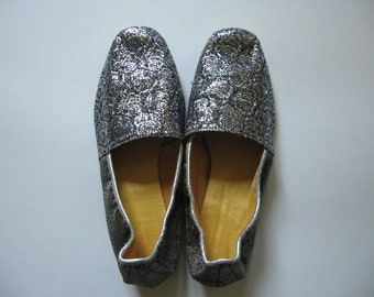 Glamorous women's small silver vintage brocade slippers made in Canada SZ 5 never worn madmen era