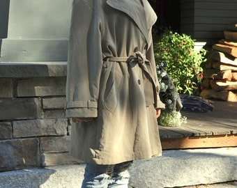 Be Mysterious... Vintage 1980s Flowing Trench Rain Coat