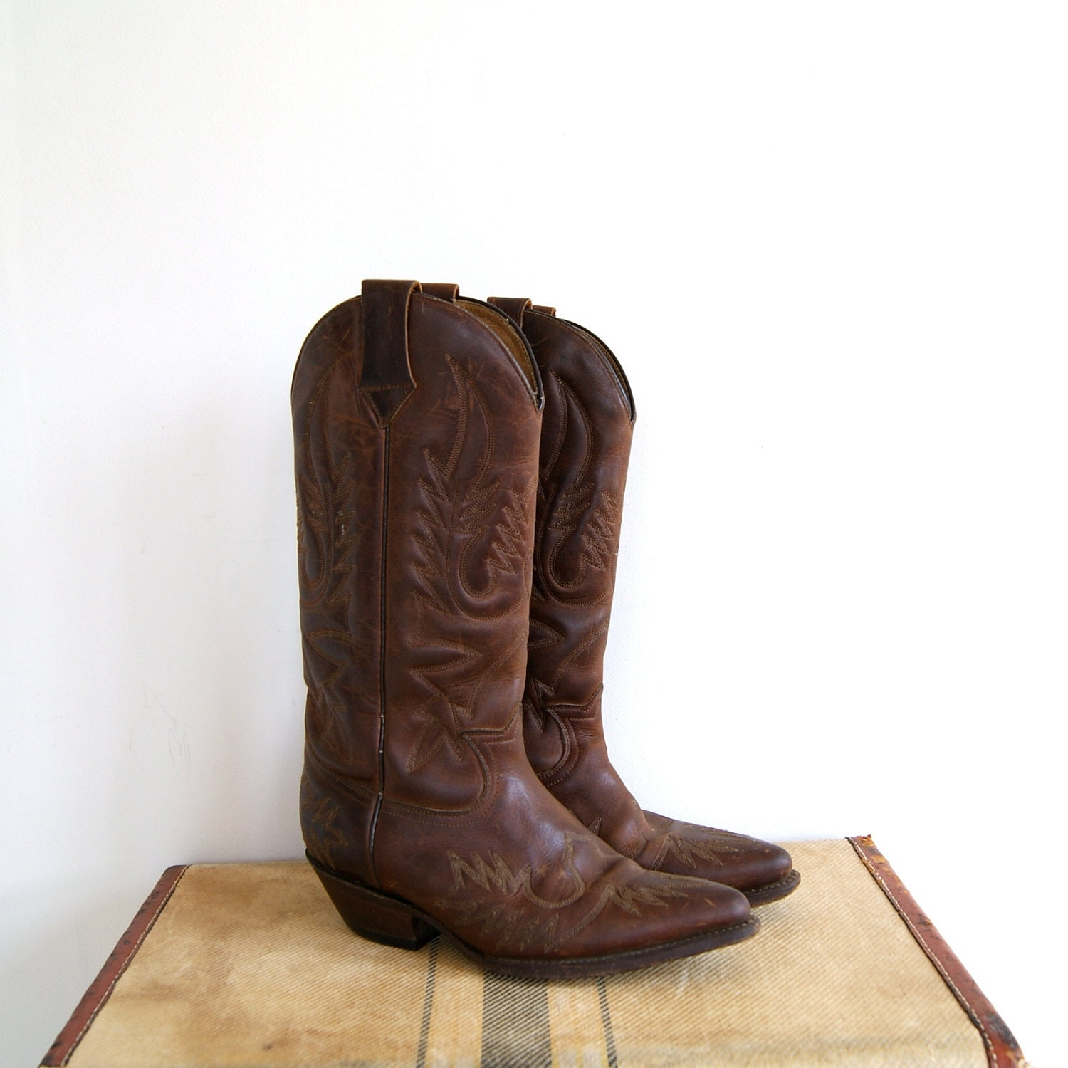 Fantastic Cowboy Boots, Vintage Purses And Jewelry, Vintage Sleepwear, And Womens Eveningwear Many Come Here For The Cowboy Boots, Which Are Plentiful, In All Thinkable Colors, Styles And Sizes Located A Bit