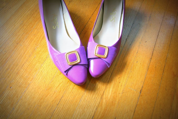 1960s PURPLE LEATHER Bow Selby Shoes......size 8 women.....purple. shoes. pumps. bow. fancy. party shoes. 60s shoes.