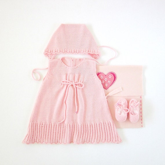Knitted baby dress with cap and little shoes in pink. 100% wool. Newborn.