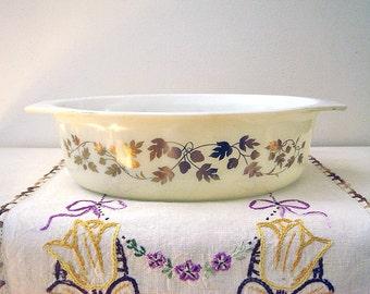 Vintage Pyrex 2.5 Qt Casserole Dish - Acorn Pattern