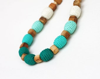 Emerald green ombre nursing necklace Crochet wood jewelry Natural Baby shower gift for mom to be Breastfeeding Babywearing Red pink beige