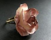 Bague fleur marron avec fleur en papier Rose vieilli. Bague réglable en Bronze. Bijoux faits main.