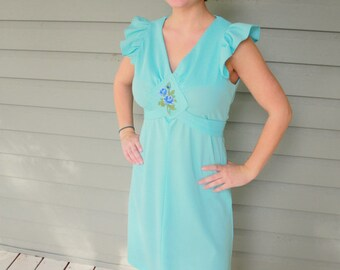 1970s baby blue ruffle dress. Embroidered flower detail. Size small 4-6