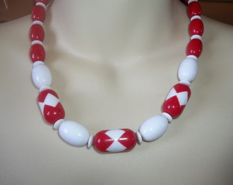 Beautiful Vintage Beaded Avon Necklace Lovely Vivid Red & White Beads