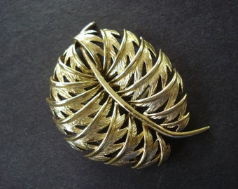 High Quality VINTAGE BROOCH  - Vintage Pin - Gold Tone Great Detail