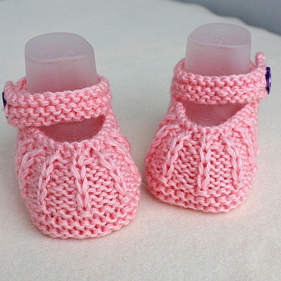 Knit baby booties. Animal face on soft grey knit booties nb size. knitted hat and booties for 0 months-6 months.
