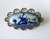 Hand painted oval Delft pin with silver filigree