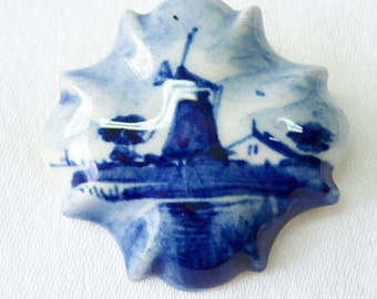 Delft Holland scalloped blue white pin