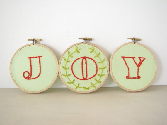 "Embroidery Hoop Wall Art - Set of 3 hoops ""Joy"" with wreath in red and mint green, festive Christmas modern holiday home decoration"