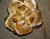 very pretty 1960's goldtone flower brooch