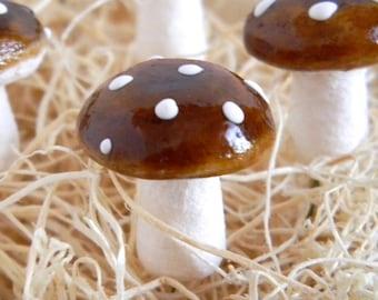 12 Vintage Brown Spun Cotton Mushrooms 18mm
