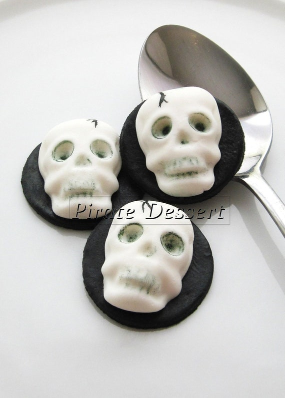 Edible Halloween cupcake toppers - 3D SKULL- Fondant cake decorations Halloween Cupcakes skeleton  (3 pieces)