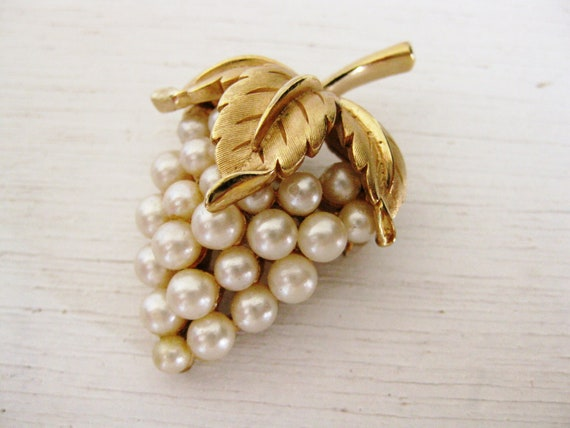 1950s jewelry. Trifari cluster grape pearl brooch. VINEYARD NUTURE.