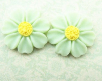 12 pcs of resin flower cabochon 0890-16mm- mint green with yellow central