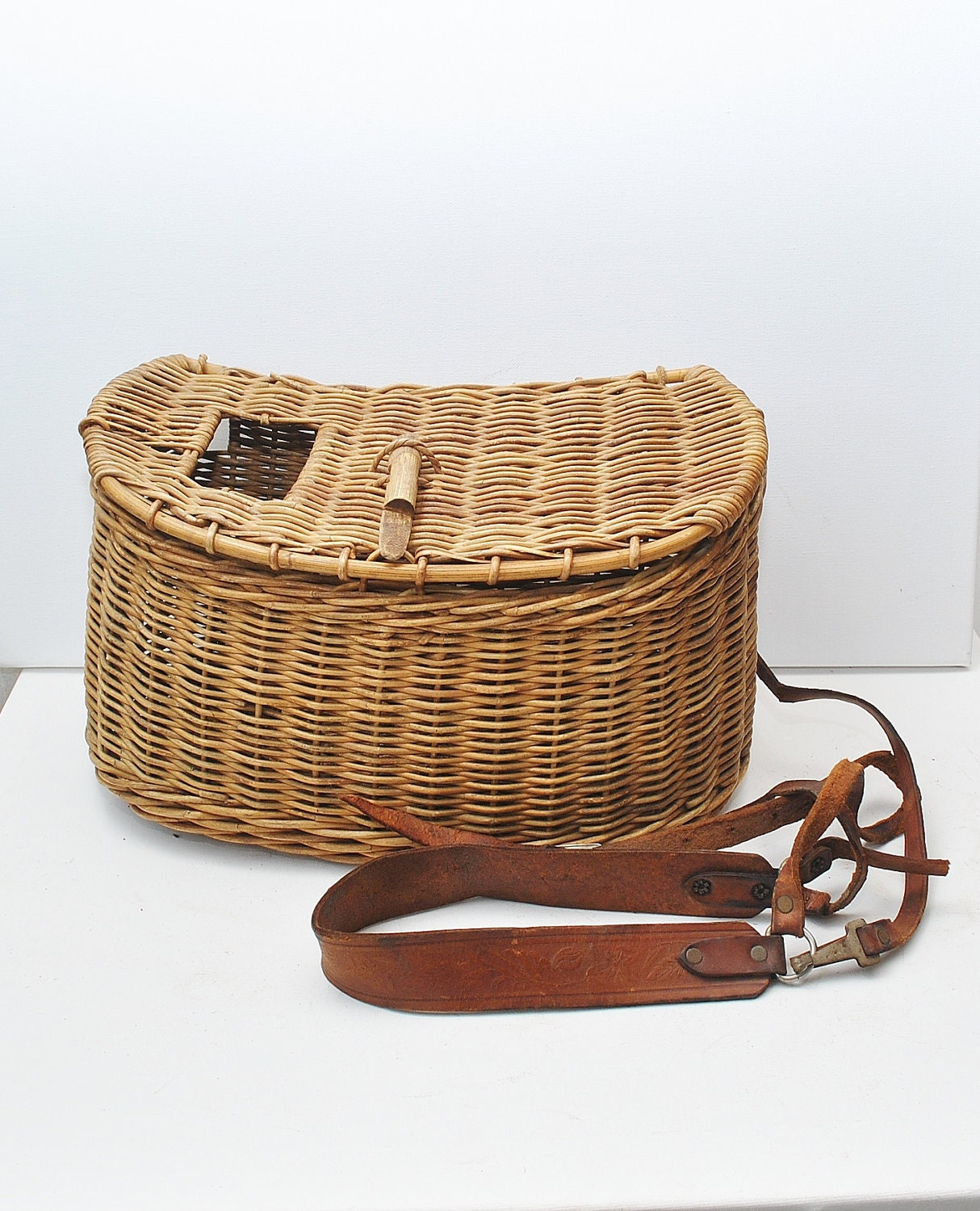 Antique fly fishing creel basket 1940s antique sporting for Fishing creel basket